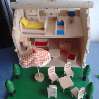 Houten poppenhuis en schooltje